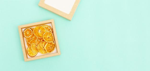 Hausgemachte dehydrierte fruchtchips von mandarine diätnahrung top view banner