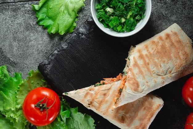 Hausgemachte diät frisches döner mit gemüse, hühnerbrust und tomaten