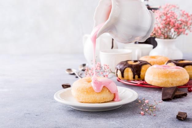 Hausgemachte donuts mit glasur