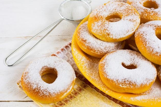 Hausgemachte donuts mit puderzucker