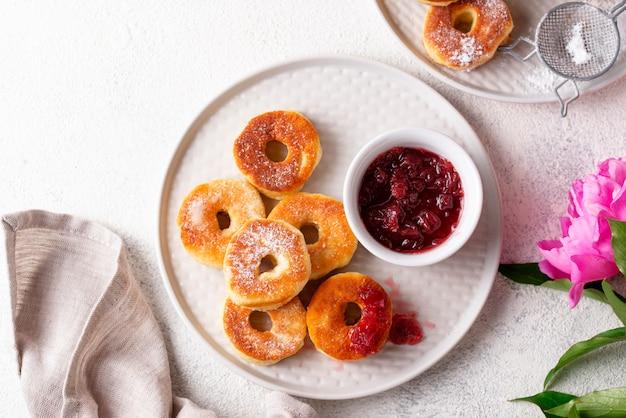 Hausgemachte donuts mit rosenmarmelade