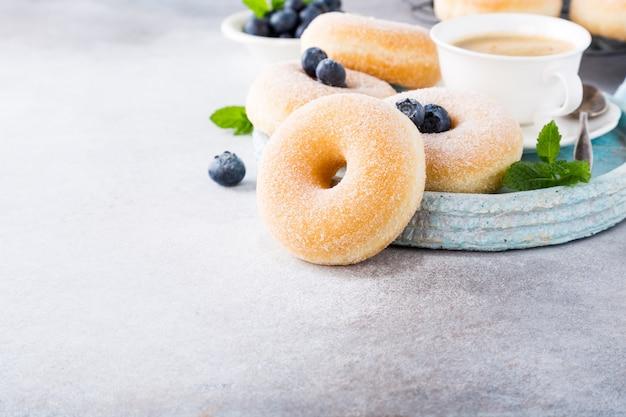 Hausgemachte donuts mit zucker