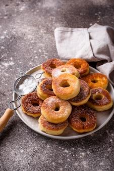Hausgemachte donuts mit zuckerpulver