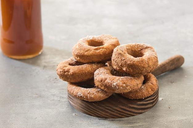 Hausgemachte donuts zucker glasiert auf einem stein