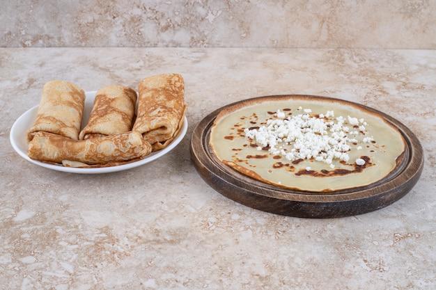 Hausgemachte dünne frische crepes zum frühstück oder dessert