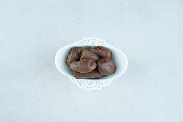 Hausgemachte eingelegte auberginen in der weißen schüssel.