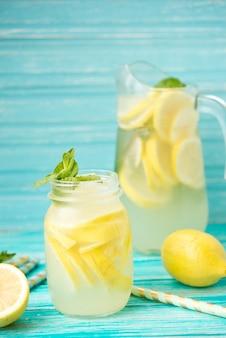 Hausgemachte eiskalte limonade auf einem rustikalen raum