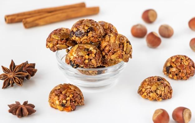 Hausgemachte energie und gesunde süßigkeiten aus getreide, getrockneten nüssen, samen, getrockneten früchten und honig.