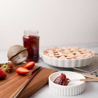 Hausgemachte erdbeerkuchen und marmelade im glas