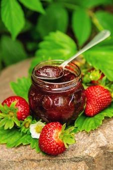 Hausgemachte erdbeermarmelade in einem glas. selektiver fokus. essen.