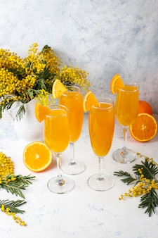 Hausgemachte erfrischende orangen-mimosen-cocktails mit champagner