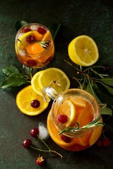 Hausgemachte erfrischende wein-sangria oder punsch mit früchten sangria-cocktails mit frischen früchten