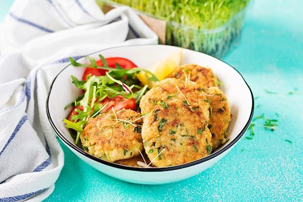 Hausgemachte fischkrokette mit weißfisch, bulgur, spinat und paniermehl. krapfen aus gehacktem kabeljau. leckeres und nahrhaftes mittag- oder abendessen.