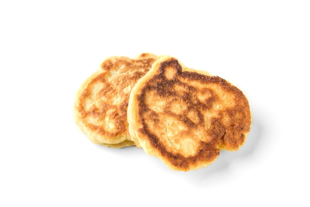 Hausgemachte flauschige pfannkuchen lokalisiert auf weißer wand. russisches, belarussisches essen.