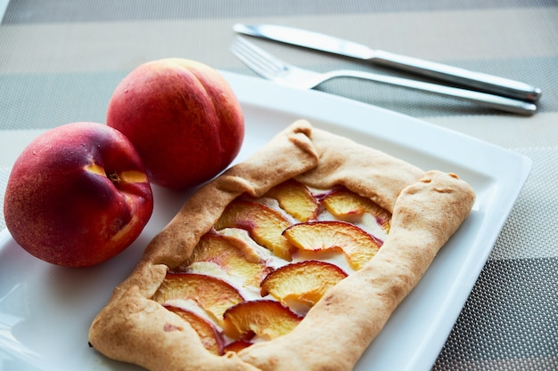 Hausgemachte französische galeta mit pfirsichen