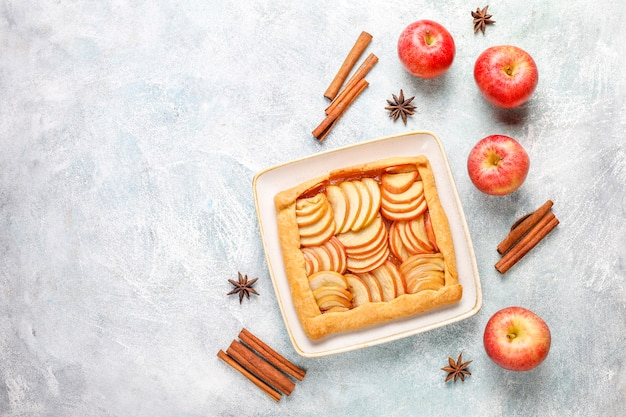 Hausgemachte galette mit äpfeln und zimt.