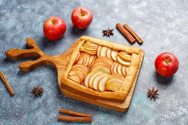 Hausgemachte galette mit äpfeln und zimt