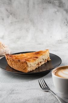 Hausgemachte gebackene apfelkuchen-torte mit äpfeln, die in einer dekorativen kreisförmigen form auf flockiger butterkruste auf marmorhintergrund geschnitten werden. rustikaler stil. speicherplatz kopieren. vertikale. menü für cafe