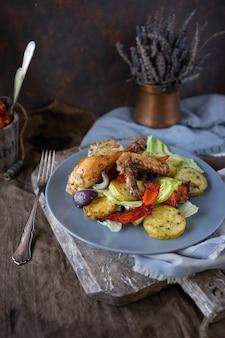 Hausgemachte gebackene hühnchenstücke mit aromakräutern und gemüsesalat