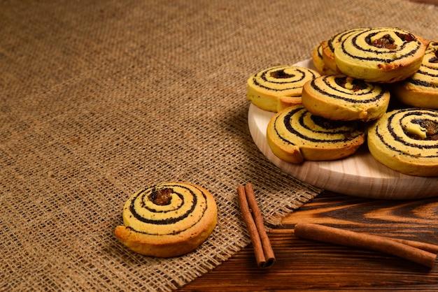 Hausgemachte gebackene kekse mit rosinen und mohn. platz für text oder design.
