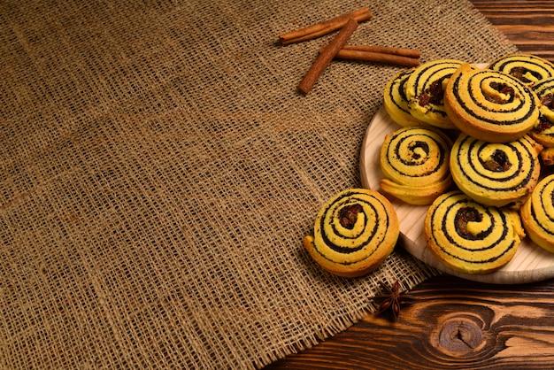 Hausgemachte gebackene kekse mit rosinen und mohn.