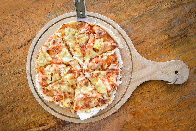 Hausgemachte gebäckpizza italienisch wird traditionelles essen / pizzakäse auf holz gekocht