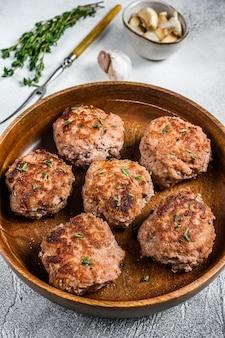 Hausgemachte gebratene schnitzel aus rind- und schweinefleisch