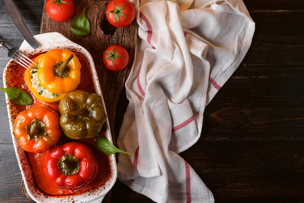 Hausgemachte, gefüllte paprikaschoten. mit einer füllung aus basilikum, spinat, käse und gewürzen. mit soße aus frischen hausgemachten tomaten. im rustikalen stil gemacht.