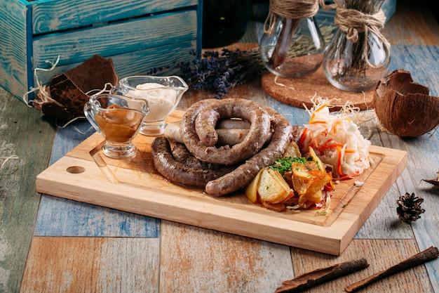 Hausgemachte gegrillte rindfleischwurst sauerkrautkartoffeln