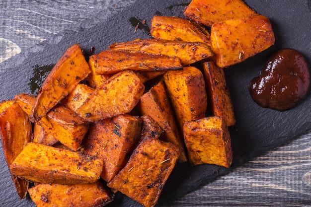 Hausgemachte gekochte süßkartoffel mit gewürzen und kräutern.