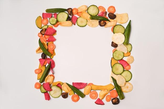 Hausgemachte gemüsechips mit okra, karotten, kürbis, rote beete und shiitake-pilzen.