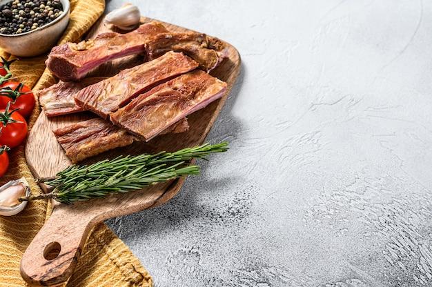 Hausgemachte geräucherte barbecue schweinefleisch spareribs. weißer hintergrund. draufsicht. speicherplatz kopieren.
