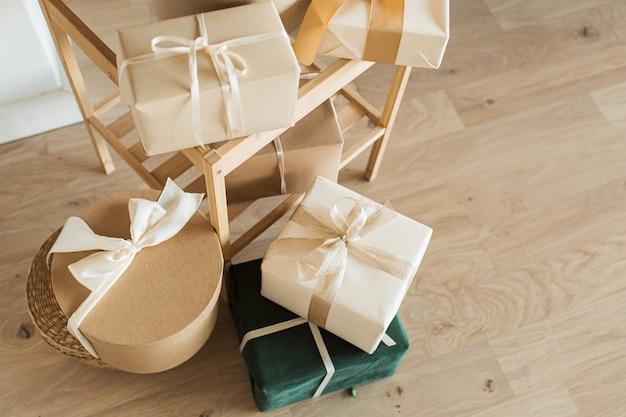 Hausgemachte geschenkboxen mit fliege.