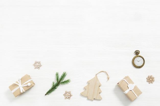 Hausgemachte geschenke weihnachtsgeschenkboxen verpackt in kraftpapier tannenzweige vintage taschenuhr