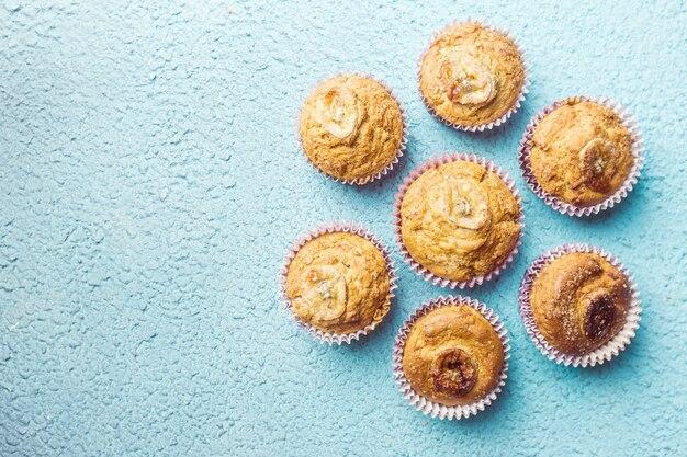 Hausgemachte gesunde bananenmuffins auf blau