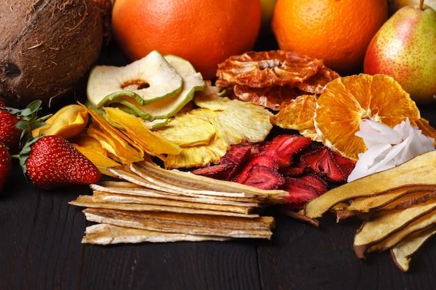 Hausgemachte getrocknete beeren und früchte, ernte für den winter: aprikosen, äpfel, erdbeeren, himbeeren, kirschen, orangen