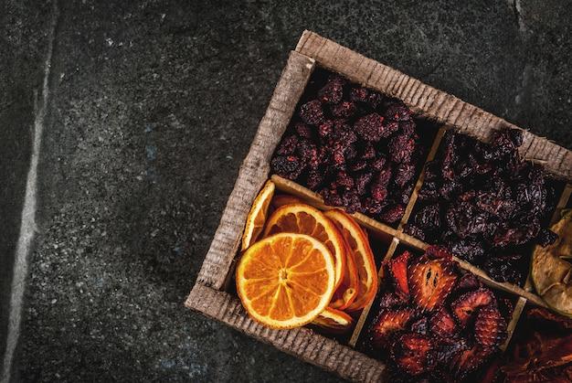 Hausgemachte getrocknete beeren und früchte