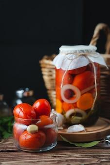 Hausgemachte gläser mit eingelegten tomaten. eingelegtes und konserviertes produkt. vegetarismus-konzept