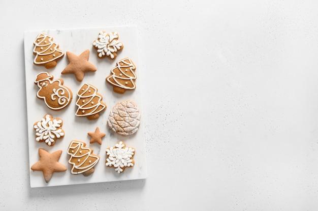 Hausgemachte glasierte weihnachtsplätzchen auf weißem hintergrund. von oben betrachten. flach liegen. platz für text.