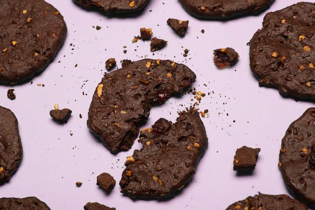 Hausgemachte glutenfreie schokoladenkekse mit müsli, nüssen und bio-kakao.