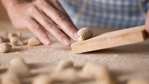 Hausgemachte gnocchi-nudeln mit vollkornmehl