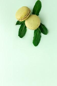 Hausgemachte grüne macarons von oben gesehen