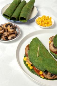 Hausgemachte grüne spinat-crepes