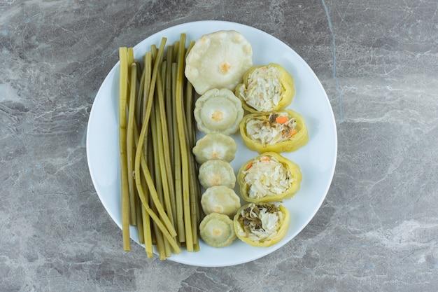 Hausgemachte gurke. gefüllte grüne paprikascheiben mit grünem patty pan squash.