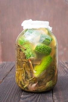 Hausgemachte gurken mit gewürzen und kräutern im glas