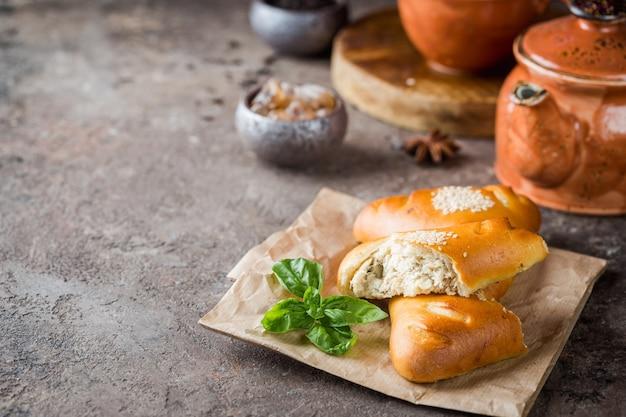 Hausgemachte hähnchen-pilz-minikuchen auf papier