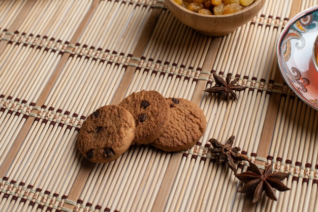 Hausgemachte haferflocken leckere kekse mit einer tasse tee