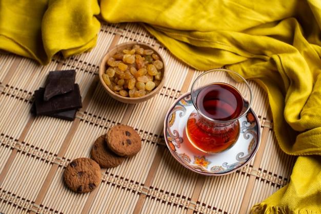 Hausgemachte haferkekse und schoko mit einer tasse tee