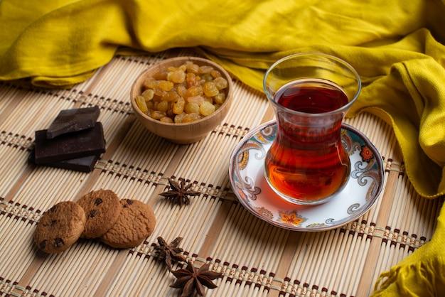 Hausgemachte haferkekse und schokolade mit einer tasse tee