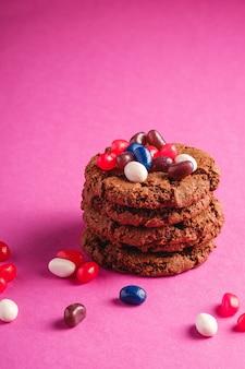 Hausgemachte haferschokoladenplätzchen stapeln mit müsli mit saftigen gummibärchen